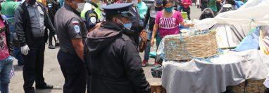 Ocho agentes de la Policía Municipal fueron enviados a cuarentena por un caso de covid-19 en el mercado La Democracia. (Foto Prensa Libre: Raúl Juárez)