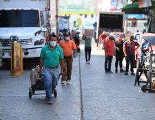 Vendedores trabajan en el mercado de la Terminal, zona 4, durante la emergencia por el coronavirus. (Foto Prensa Libre: Juan Diego González)