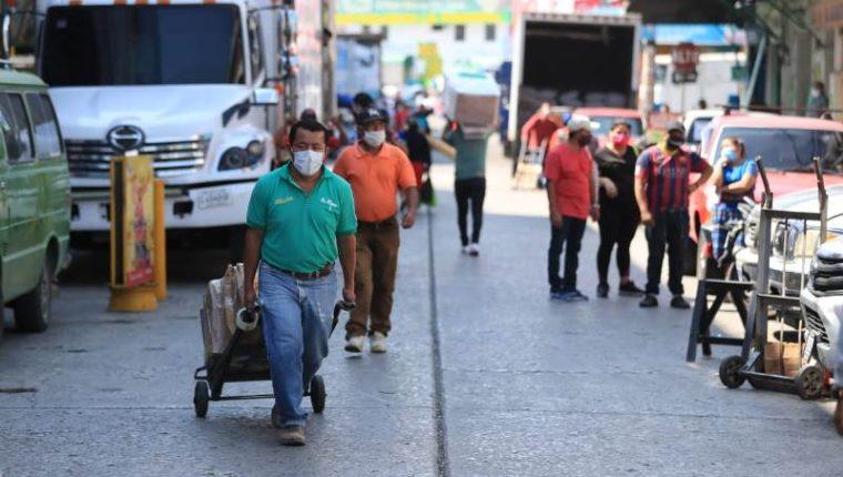 Los trabajadores de la economía informal fueron de los primeros en dejar el confinamiento puesto que se mantienen de lo que venden a diario. (Foto Prensa Libre: Hemeroteca PL)