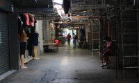 Un trabajador en las ventas cerradas de la 18 calle, zona 1 capitalina. (Foto Prensa Libre: Byron García)