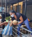 Una comerciante de frutas en el mercado de Mazatenango, Suchitepéquez. regala melones ante el cierre del mercado. (Foto Prensa Libre: Marvin Túnchez)