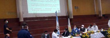 El presidente visitó Patzún, Chimaltenango, para levantar el cordón sanitario. (Foto Prensa Libre: Víctor Chamalé)