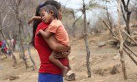 Maria Etelvina, sostiene a su sobrina quien tiene desnutrici—n ella cuida a la ni–a mientras la madre va al municipio de Zacapa a comprar algunos alimentos.   Fotograf'a. Erick Avila:               28/04/2020