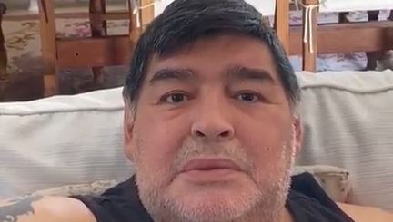 Diego Maradona compartió un video en el que pide ayuda para la gente de escasos recursos en Argentina. (Foto Prensa Libre: Captura de Instagram)