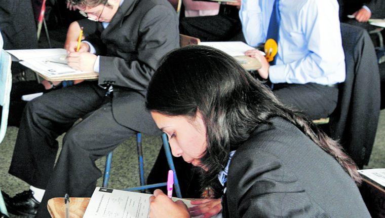 Este año, el Mineduc evalúa hacer las pruebas a los graduandos de manera virtual.  (Foto Prensa Libre: Hemeroteca PL)