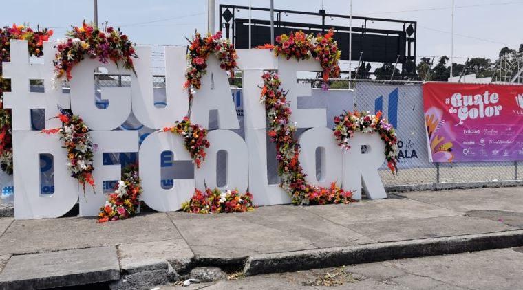 El ingreso al hospital temporal del Parque de la Industria fue adornado con arreglos florales. (Foto Prensa Libre: María Reneé Gaytán)