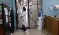 Los técnicos deben trabajar por largos turnos para atender la demanda de pruebas. (Foto Prensa Libre: Fernando Cabrera)