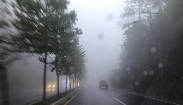 Los riesgos en las carreteras aumentarán con la lluvia intensa, advierte Conred. (Foto Prensa Libre: Meteorología GT)