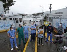 Médicos del Hospital Temporal del Parque de la Industria leyeron un comunicado en el que expresan carencias en esa institución. (Foto Prensa Libre: Esbin García)