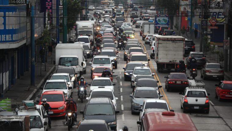 La calle Martí fue una de las vías más utilizadas por los capitalinos este lunes. (Foto Prensa Libre: Carlos Ovalle)