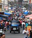 Un mercado de la zona 7 capitalina, los guatemaltecos salieron desde muy temprano para adquirir los productos de la canasta básica. (Foto Prensa Libre: Carlos Hernández)