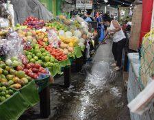 Vendedores del mercado Colón, en la zona 1 capitalina, desinfectan el área. (Foto Prensa Libre: Noé Medina)