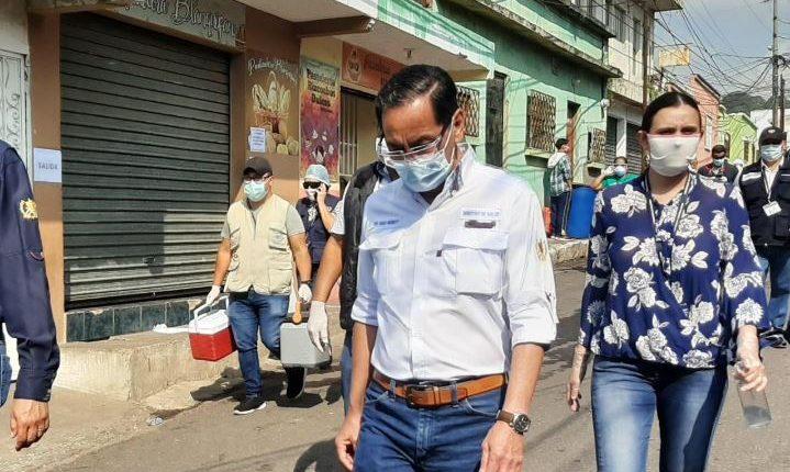 El ministro de Salud, Hugo Monroy, recorrió varias calles de Mixco para coordinar pruebas de coronavirus. (Foto Prensa Libre: Miriam Figueroa)
