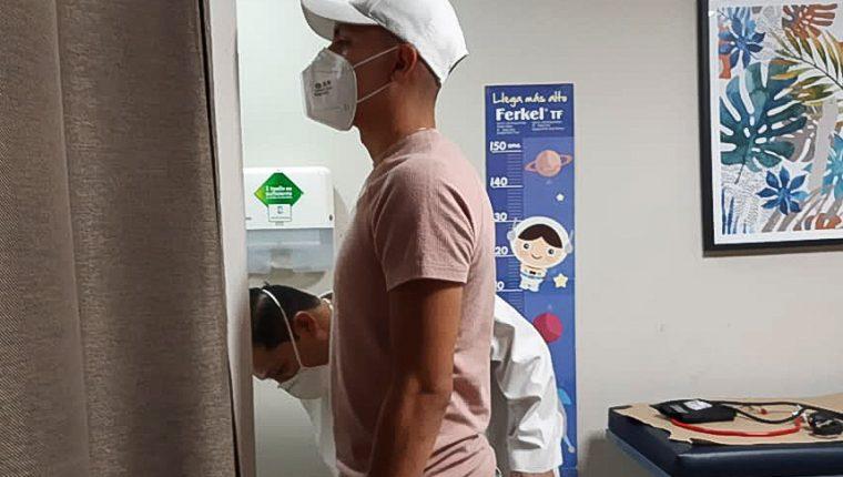 El jugador Bryan Santizo es evaluando por personal médico del Hospital de Especialidades en el municipio de Mixco. Foto Prensa Libre: Tomado de redes Tierra de Campeones - Mixco.