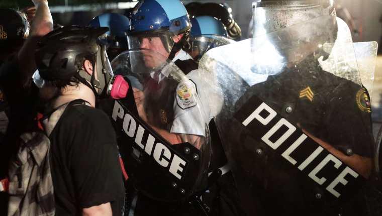 La policía de Nueva York se enfrentó el viernes a los manifestantes que rechazaban el asesinato del afroamericano George Floyd. (foto AFP)