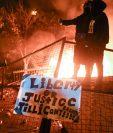 Miles de personas participaron el viernes en la tercera noche consecutiva de protestas en Mineápolis (Minesota) por la muerte a manos de la Policía del afroamericano George Floyd, movilizaciones que derivaron en la quema de una estación de Policía.