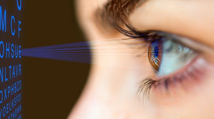 La atención a las pantallas hace que se vea afectada la visión.  Foto Prensa LIbre: The Conversation/ ShutterStock