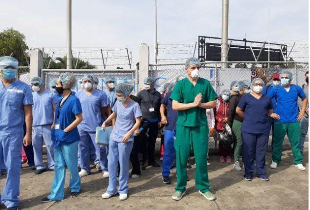 Personal del Parque de la Industria salieron a reclamar las malas condiciones. (Foto Prensa Libre: Fernando López)