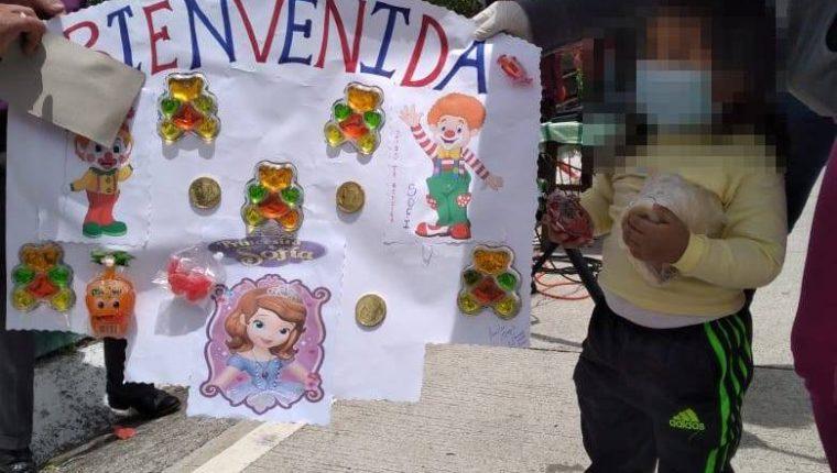 La nena recibió el afecto de la comunidad a su regreso a Sololá. (Foto Prensa Libre: Alex Calguá)