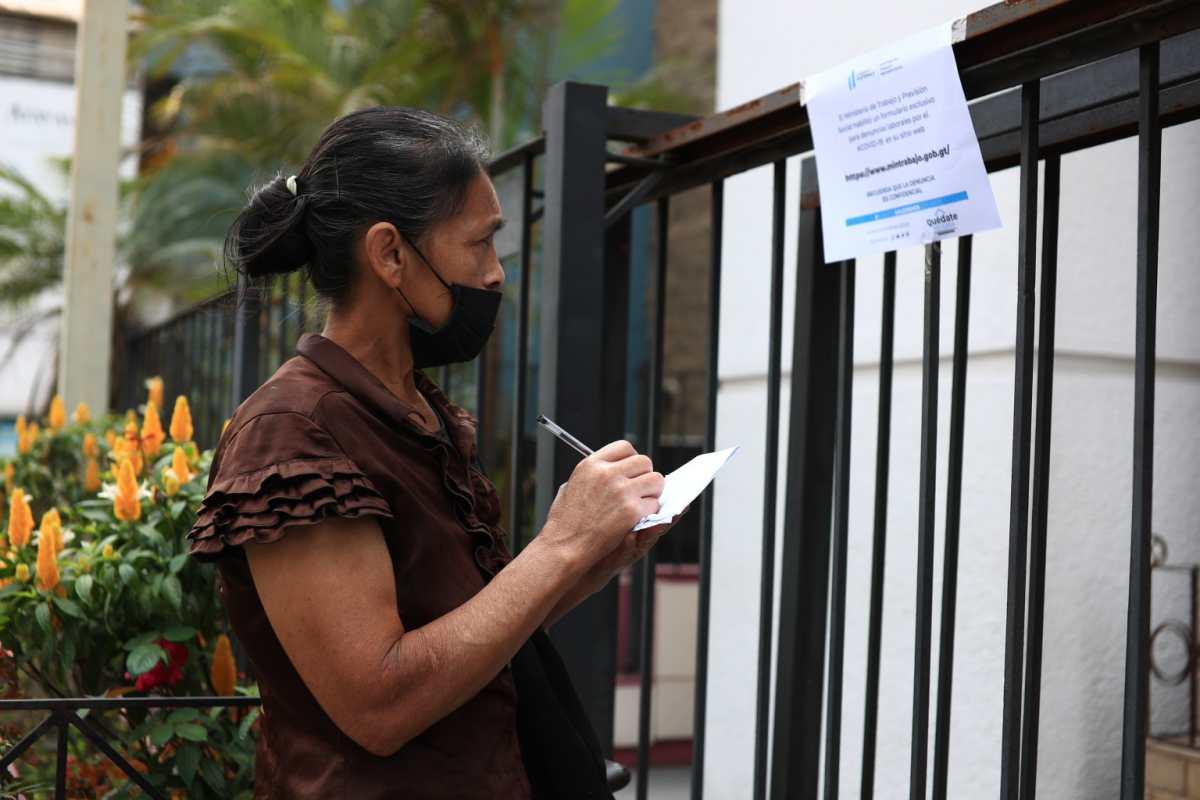 Muchos guatemaltecos han pedido información del programa de suspensión laboral, pero se encontraron con las puertas cerradas. (Foto Prensa Libre: Hemeroteca PL)