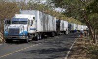 AME1288. RIVAS (NICARAGUA), 20/05/2020.- Fotografía de camiones varados en Peñas Blancas en la frontera entre Nicaragua y Costa Rica este miércoles, cerca a la ciudad de Rivas (Nicaragua). Tras detectar 50 casos de COVID-19 en transportistas extranjeros desde el 5 de mayo, Costa Rica decidió restringir el ingreso de los conductores foráneos a partir del lunes 18 de mayo, lo cual generó malestar en el sector privado y Gobiernos de la región centroamericana, que han exigido que se levante esa medida. EFE/Jorge Torres