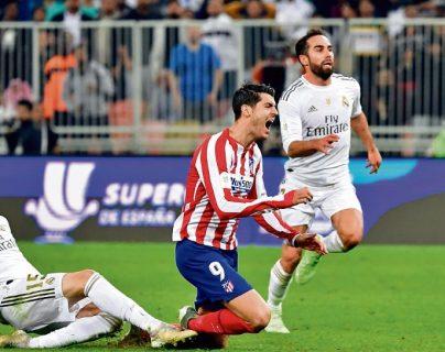 Esta fue la jugada más comentada de la Supercopa de España, protagonizada por Valverde y Morata. (Foto Prensa Libre: Hemeroteca PL)