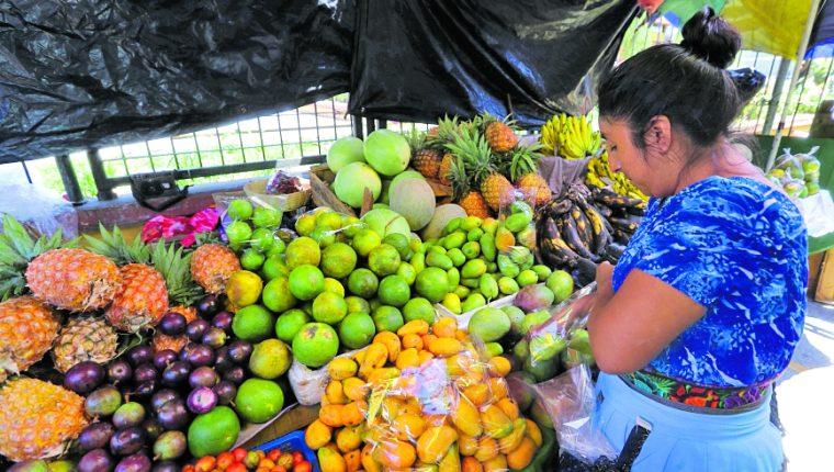 Las familias que viven de las remesas tendrán un impacto en su consumo por la disminución de los envíos a causa del coronavirus en Estados Unidos. (Foto Prensa Libre: Hemeroteca)