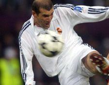 Zinedine Zidane, en el momento de definir frente al Bayer Leverkusen, en la Champions del 2003. (Foto Prensa Libre: Hemeroteca PL)