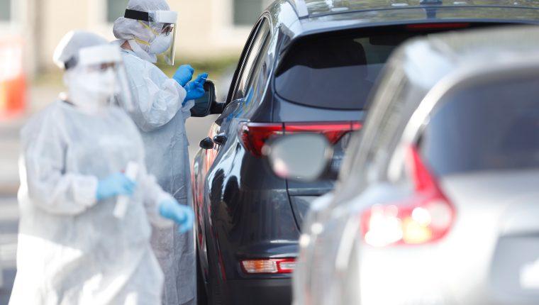 Personal de salud de Florida practica tests para detectar casos de coronavirus. (Foto Prensa Libre: AFP)
