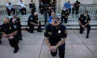 Elementos de la policía de Coral Gables, Florida, se arrodillaron durante una protesta por la muerte del afroestadounidense George Floyd.