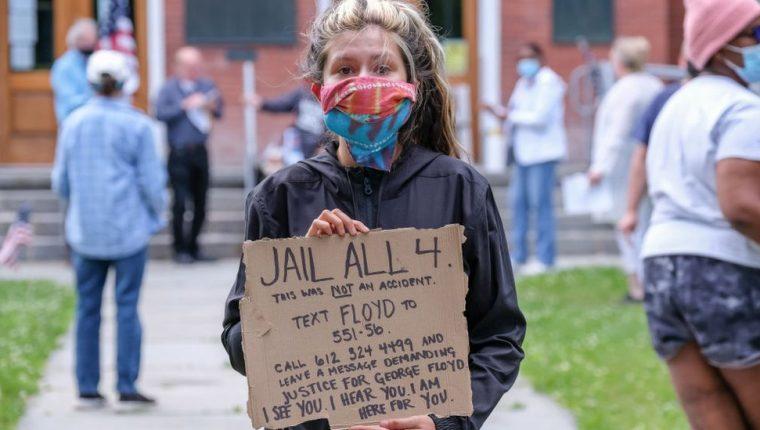 Mujer en una de las manifestaciones contra la brutalidad policial en Estados Unidos.