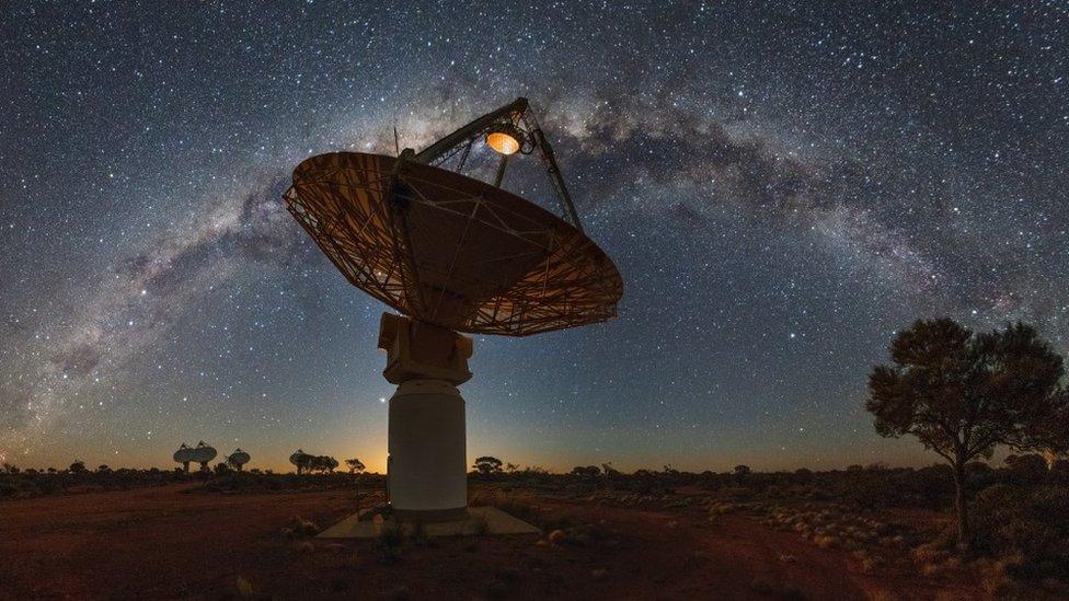 """Qué es la """"materia perdida"""" del universo y por qué un grupo astrónomos cree haber resuelto el misterio que significó durante décadas"""