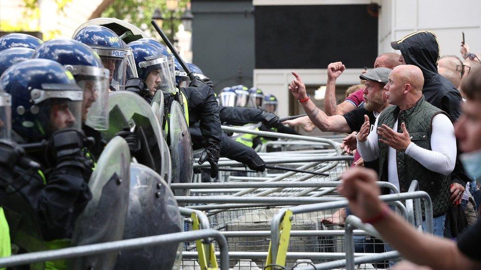 """George Floyd: cómo las protestas contra el racismo en Europa despertaron """"el monstruo dormido"""" de la extrema derecha"""