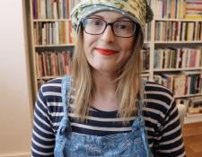 Jen Campbell se especializa en cuentos cortos y poesía, pero además tiene un canal de crítica literaria.