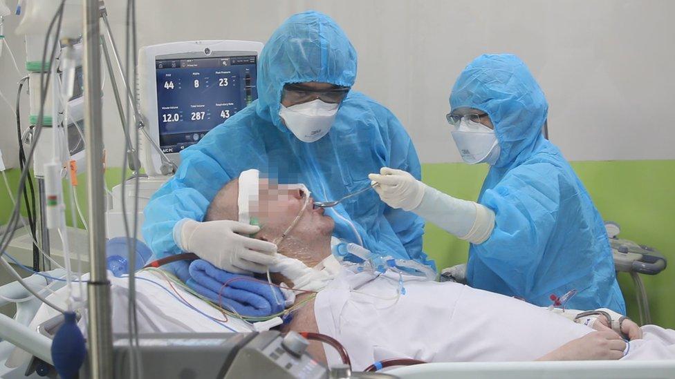 """Tratamiento del coronavirus: el extraordinario caso del """"paciente 91"""" que mantuvo en vilo a todo un país"""