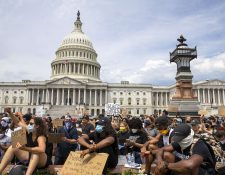 Manifestantes en el Capitol Hill en protesta contra la brutalidad policial y la muerte de George Floyd, el 3 de junio de 2020 en Washington, DC. (Foto Prensa Libre: AFP).