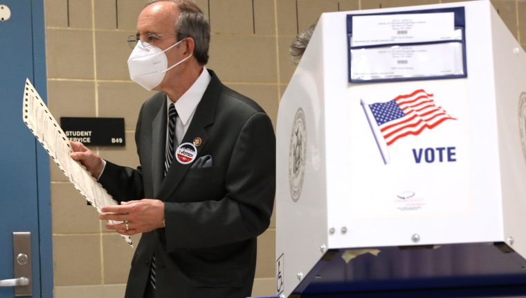 El congresista de EE. UU. Eliot Engel (representante demócrata por Nueva York)  fue quien promovió el nuevo plan contra la  corrupción en el Triángulo Norte. En la fotografía de archivo, captado el 4 de noviembre pasado cuando emitió su voto en las elecciones de su país. (Foto Prensa Libre: AFP)