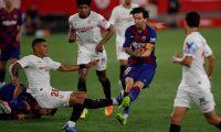 Lionel Messi sufrió una dura entrada de parte del brasileño Diego Carlos. Foto Prensa Libre: Tomada de redes