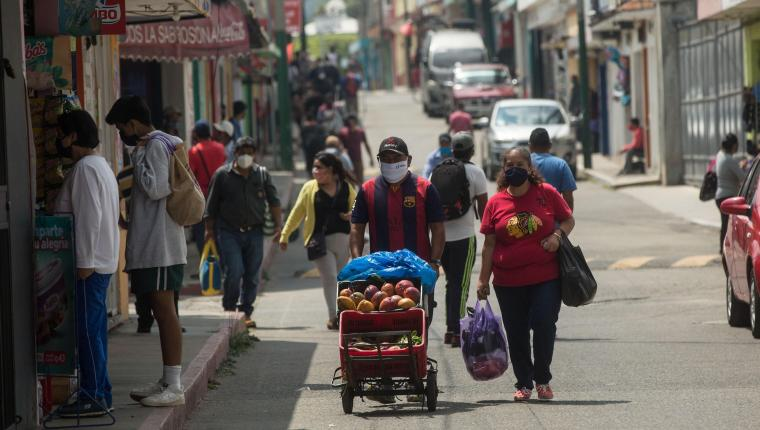 Las autoridades de Salud preparan las contrataciones para vigilar el contagio. (Fogo Prensa Libre: EFE)