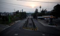 """GU3005. CIUDAD DE GUATEMALA (GUATEMALA), 03/06/2020.- Foto del 13 de abril de 2020 de la carretera al Atlántico, una de las más transitadas del país, vacía por las medidas de restricción de movilidad. Guatemala puso en vigor este miércoles un acuerdo ministerial que organiza el desconfinamiento del país en cuatro fases y que funcionará como su """"estrategia nacional"""" ante el COVID-19. EFE/Esteban Biba"""