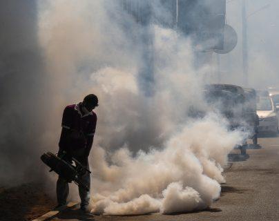 Latinoamérica continúa luchando contra la propagación del coronavirus, pero la llegada de la temporada de huracanes e incrementos en casos de dengue complicarían la emergencia. (Foto Prensa Libre: EFE)