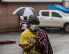 AME4521. CIUDAD DE GUATEMALA (GUATEMALA), 04/06/2020.- Un hombre revisa su celular en el área de emergencias por enfermedades respiratorias del hospital San Juan de Dios este jueves, en Ciudad de Guatemala (Guatemala). La pandemia de coronavirus en Guatemala ha cobrado la vida de 143 personas y suma 5.760 casos positivos de la COVID-19, según el Ministerio de Salud Pública. EFE/ Esteban Biba