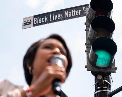 Un letrero de la calle Black Lives Matter Plaza en Washington, Estados Unidos, el 05 de junio de 2020. (Foto Prensa Libre: EFE).