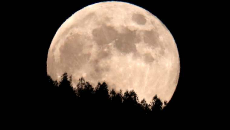 La luna sobre el Monte del Gozo en Santiago de Compostela, durante el segundo eclipse penumbral de Luna del año. (Foto Prensa Libre: EFE)