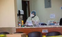 AME5192. CHIMALTENANGO (GUATEMALA), 08/06/2020.- Fotografía a una trabajadora del Hospital Nacional de Chimaltenango este lunes, en Chimaltenango (Guatemala). Los hospitales de la provincia en Guatemala toman aire a la espera de una segunda ola de contagios de coronavirus, mientras en la capital del país centroamericano luchan por darse abasto ante una crecida de casos, con el 67,84 por ciento de registros de todo el territorio. Dos meses después de que el departamento de Chimaltenango reportara el primer caso comunitario en Guatemala, el hospital de la localidad cuenta con solo una persona ingresada en el área apartada y especial para la atención de coronavirus, sospechosa de tener la enfermedad y a la espera de recibir el resultado de su hisopado, según pudo constatar la Agencia EFE este lunes. EFE/ Esteban Biba