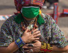 Pueblos indígenas quedan fuera de los planes de prevención y atención durante la pandemia por la barrera idiomática, según expertos.  (Foto Prensa Libre: EFE)