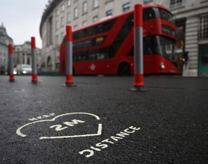 Un cartel de distancia social de dos metros en Regents Street en Londres, Gran Bretaña. (Foto Prensa Libre: HemerotecaPL)