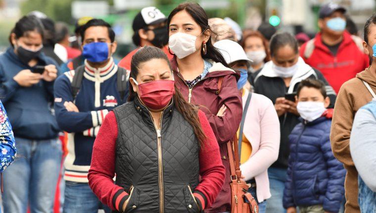 Comerciantes informales que realizan su trabajo en el Centro Histórico de Ciudad de México (México), bloquearon el 11 de junio una de las principales avenidas para exigir apoyo económico debido a que esta zona se encuentra cerrada por la contingencia sanitaria debido al covid-19. (Foto Prensa Libre: EFE).
