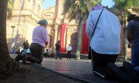 -FOTODELDÍA- AME6191. SANTA CRUZ (BOLIVIA), 11/06/2020.- Devotos católicos rezan este jueves en las puertas de la Catedral Metropolitana de Santa Cruz (Bolivia). Bolivia vive este jueves un Corpus Christi atípico, con misas transmitidas por redes sociales, rezos por los enfermos de COVID-19 en el país y sin las tradicionales ceremonias masivas por las restricciones que impone la cuarentena. EFE/Juan Carlos Torrejón