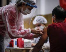 Las jornadas de inmunización deben continuar en medio de la pandemia, porque no hacerlo podría significar problemas mayores. (Foto Prensa Libre: Hemeroteca PL)